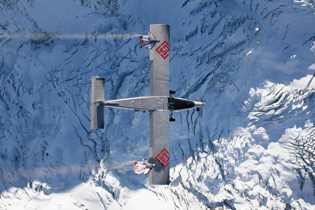 Можно ли в свободном падении залететь в отрытый люк самолёта?